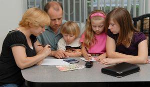 Денежная материальная помощь многодетным семьям в России: сроки получения и размеры выплат