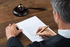 Признание пожилого человека недееспособным для установления опеки: порядок подачи искового заявления