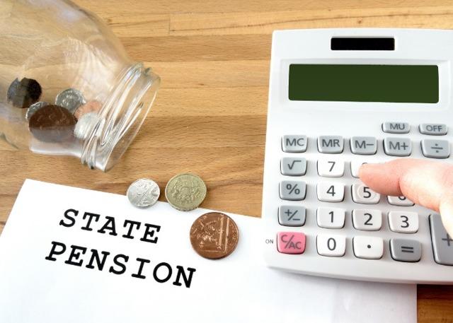 Пенсия госслужащих за выслугу лет: кому положена и как выплачивается